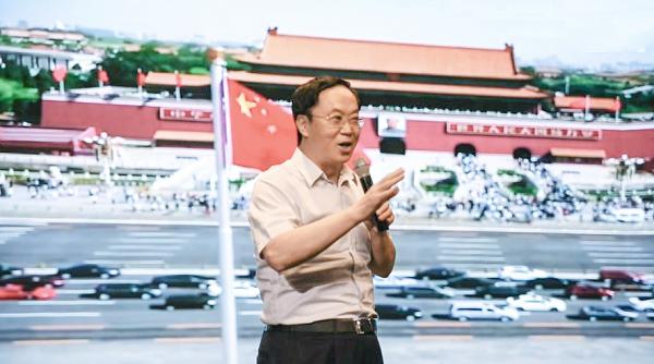 我校师生集中收看庆祝中华人民共和国成立70周年大会、阅兵式和群众游行直播